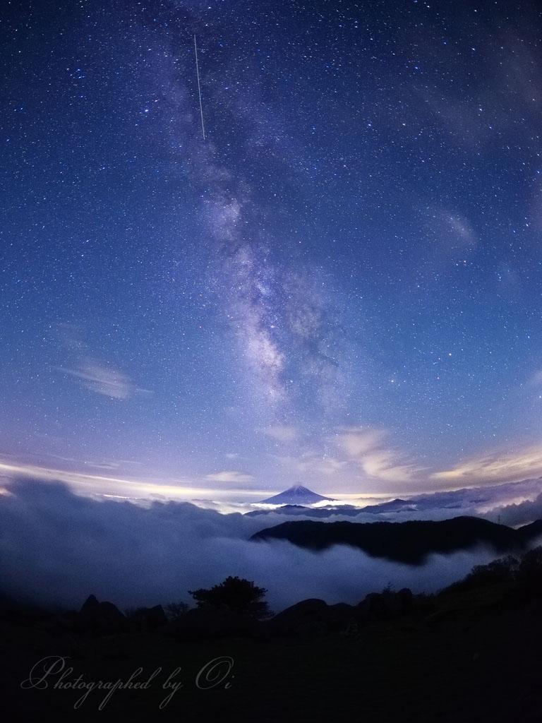 雲海の富士山と天の川